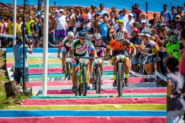 Brasil Ride 2016 - Duplas femininas na escadaria em Arraial d\'Ajuda (Armin Kuestenbrueck / Brasil Ride)