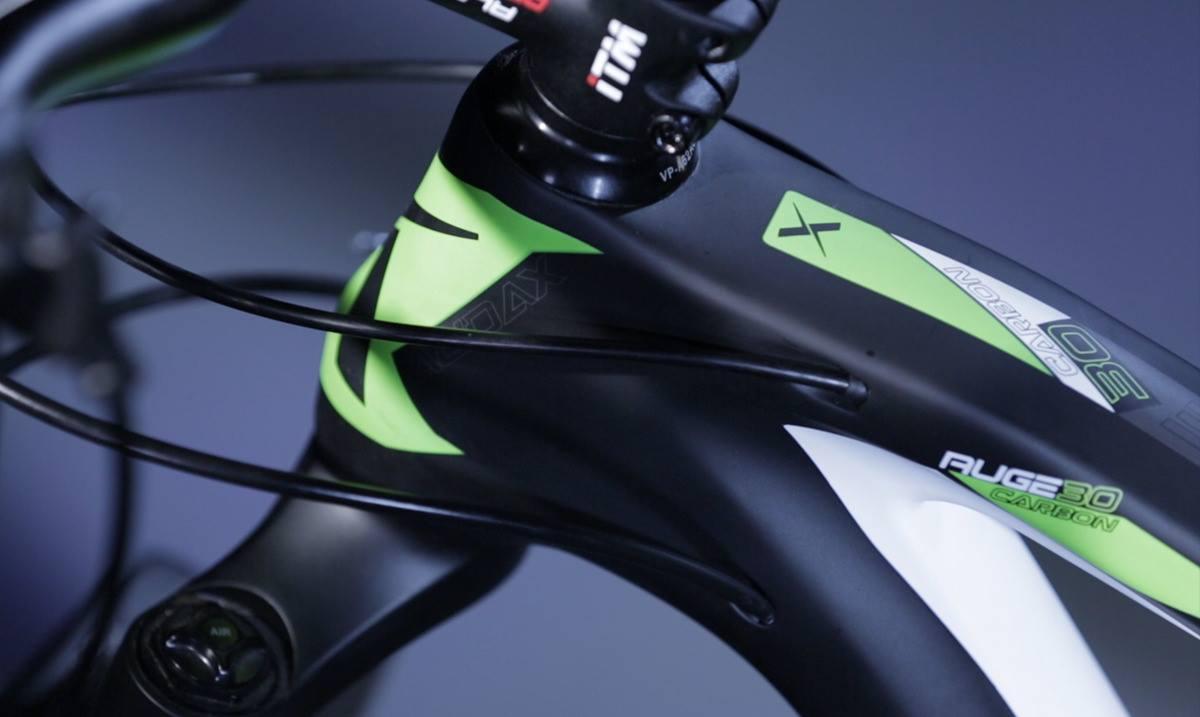 Bicicleta mountain bike Audax Auge 30 Carbon com destaque para o headtube ou caixa de direção e cabeamento interno. Bicicleta Mtb com roda e aro 29.