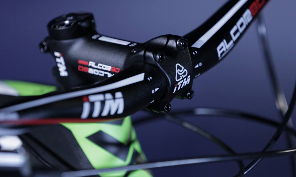 Bicicleta mountain bike Audax Auge 30 Carbon com destaque para mesa iTM. Bicicleta Mtb com quadro de carbono com roda e aro 29.