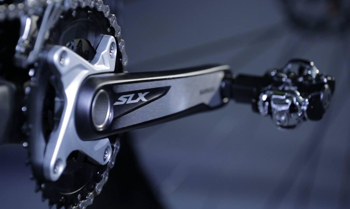 Detalhe do pedivela Shimano SLX da Audax Bike Auge 30 Carbon. Bicicleta Mtb com roda e aro 29.
