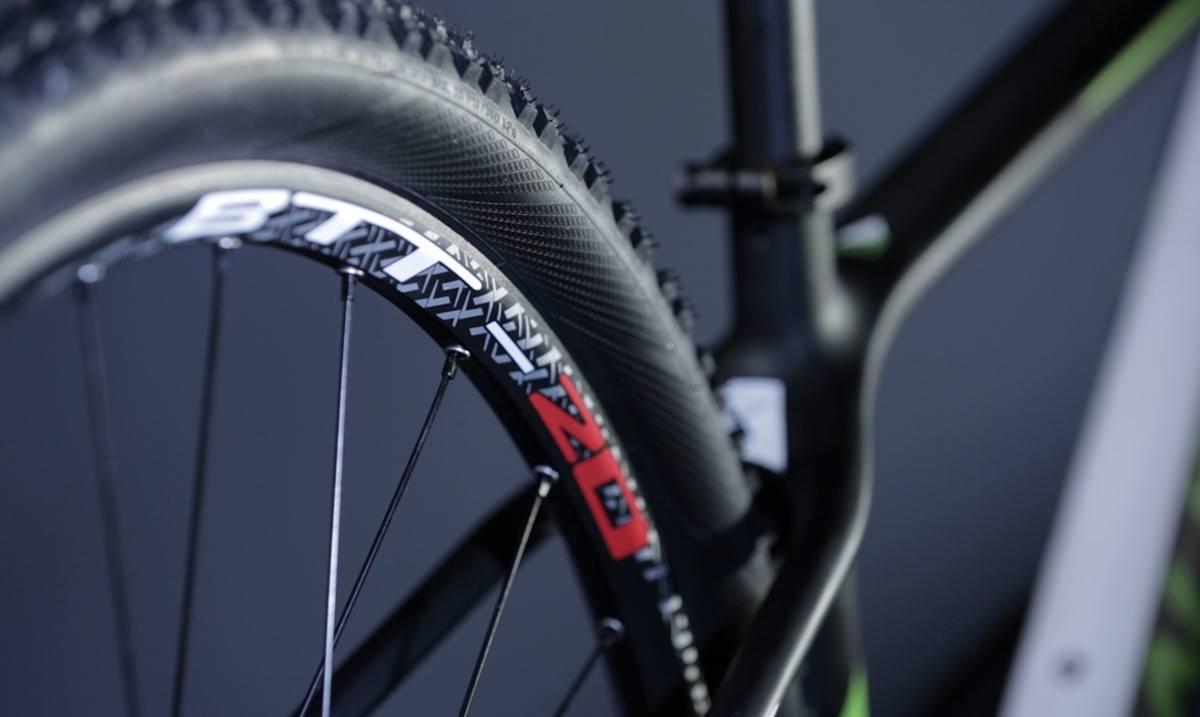 Detalhe da roda da Audax Bike Auge 30 Carbon. Bicicleta Mtb com roda e aro 29.