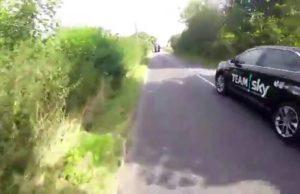 Ônibus da Equipe Sky tira fina de ciclista