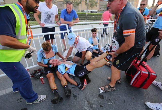 nzo Wouters desmaiado e sendo amparado por seu companheiro (Foto- Tim de Waele:Corbis)
