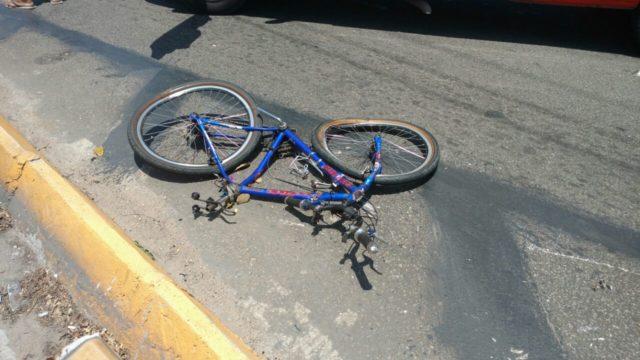 Ciclista é atropelado por caminhoneiro que não presta socorro - Foto: Reprodução