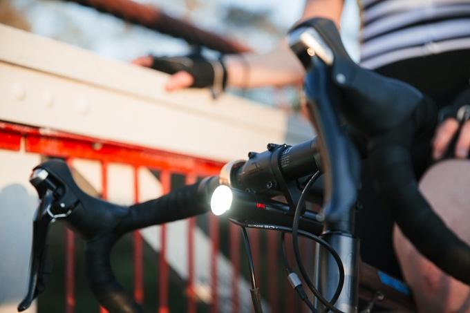 Bateria Knog PWR acoplado a farol de bicicleta