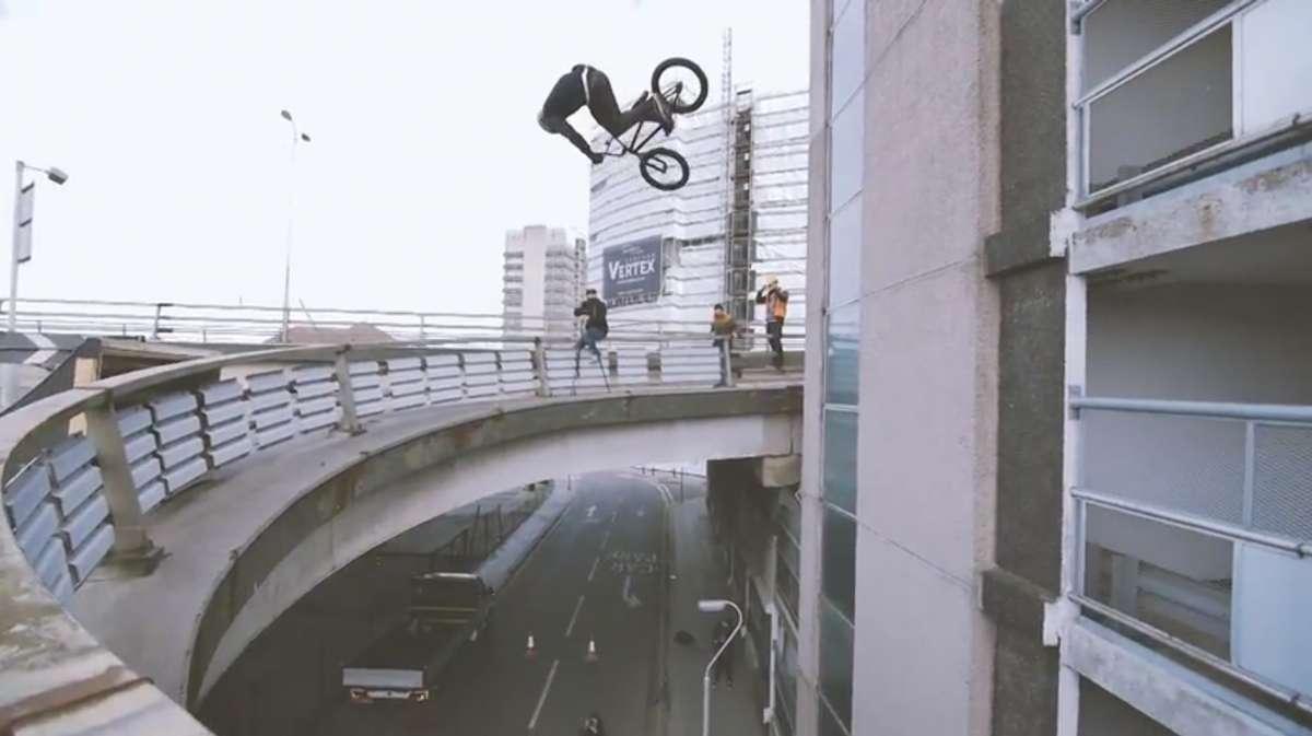 Bas Keep salta em parede com BMX
