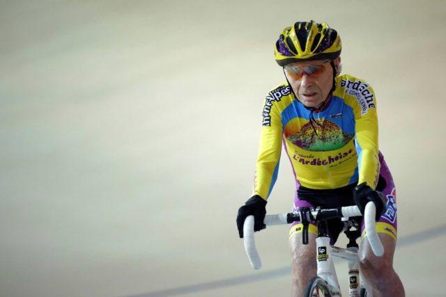 Ciclista francês Robert Marchand de 105 anos quer marcar um novo recorde de velocidade sobre uma bicicleta