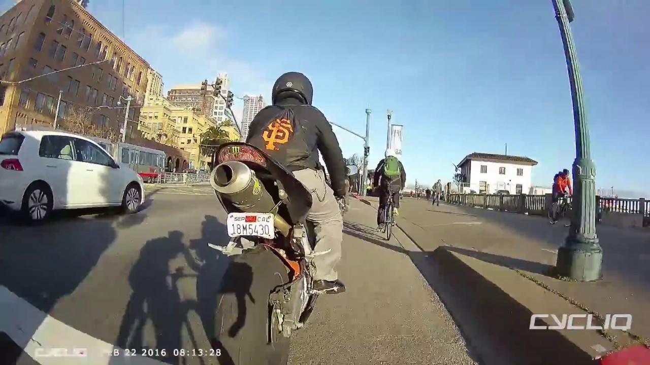 Motociclista dá susto em Ciclista.