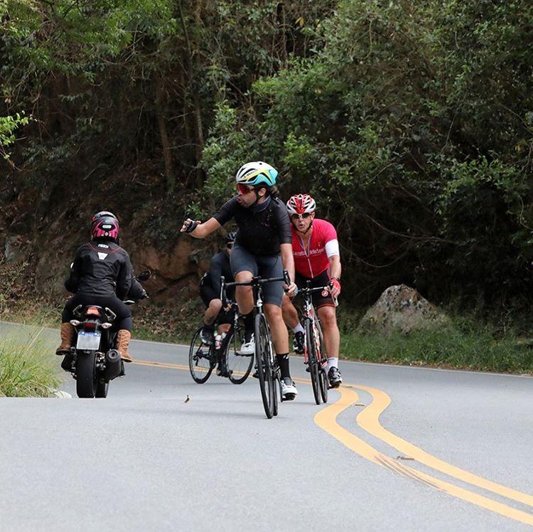 Motociclista invade pista e atropela ciclista