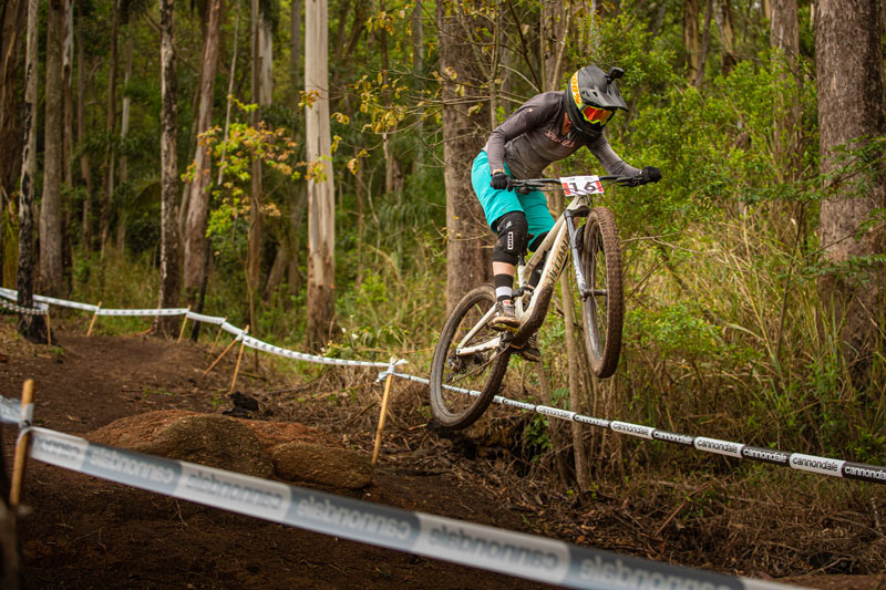 Luana Oliveira em ação no downhill no MTB Festival